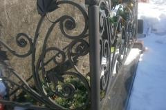 Кованая оградка с кленовыми листьями