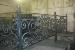 Кованая оградка на могилу по индивидуальному эскизу «C розами»